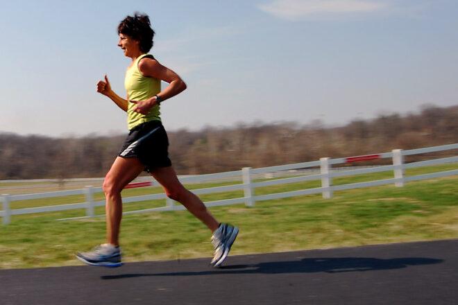 فتاة تجري بسرعة